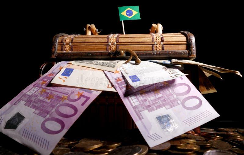 在充分条板箱顶部的巴西旗子 库存图片