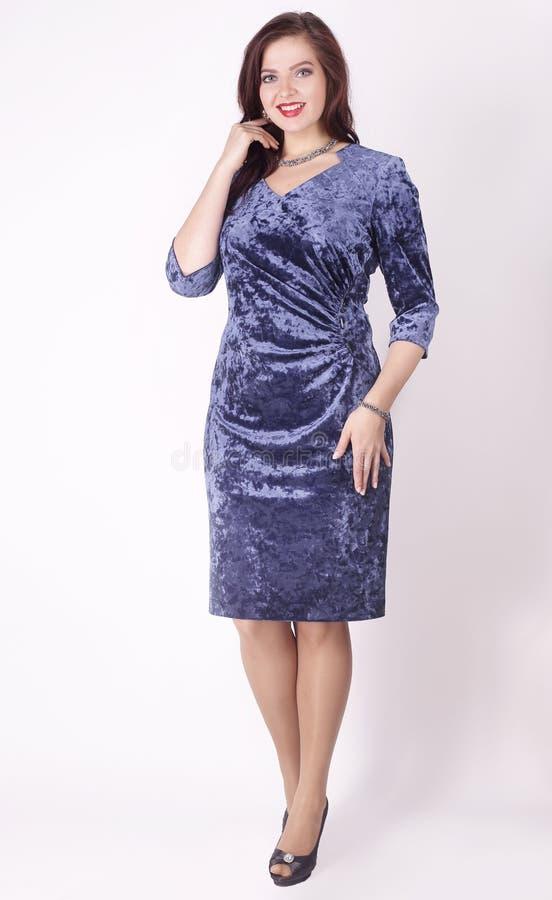 在充分的成长 在蓝色晚礼服的美女模型 正大小 免版税库存照片