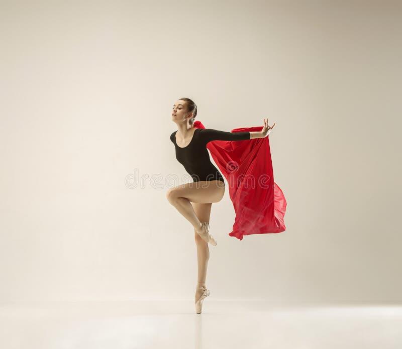 在充分的身体的现代跳芭蕾舞者跳舞在白色演播室背景 库存照片