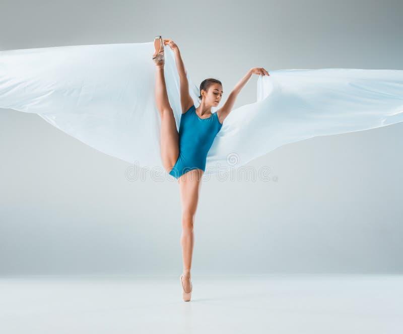 在充分的身体的现代跳芭蕾舞者跳舞在白色演播室背景 免版税图库摄影