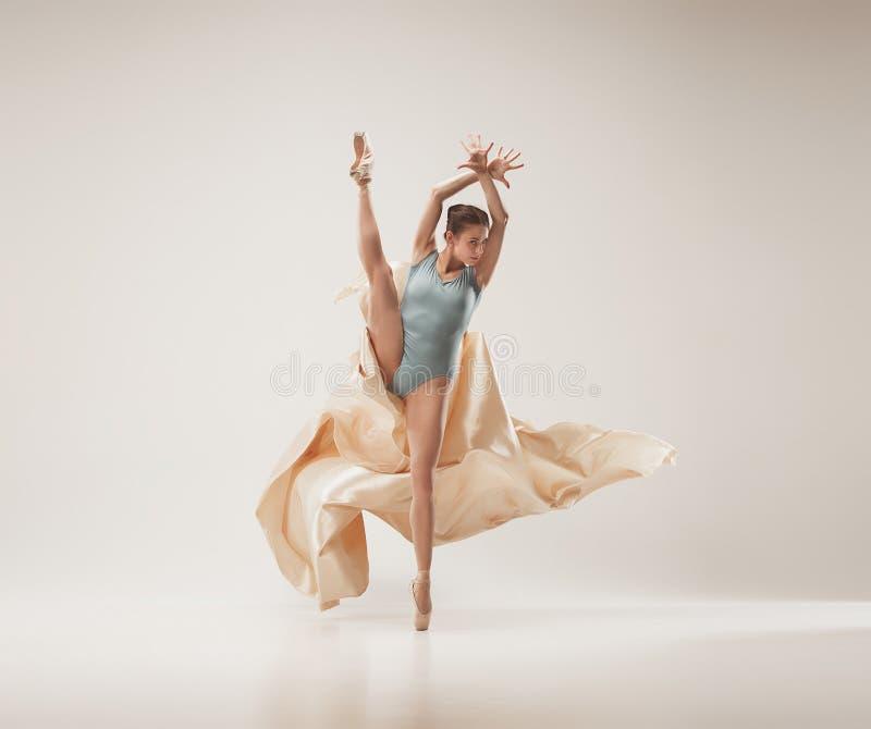 在充分的身体的现代跳芭蕾舞者跳舞在白色演播室背景 图库摄影