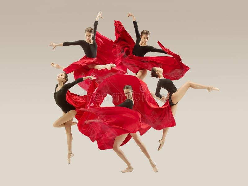 在充分的身体的现代跳芭蕾舞者跳舞在白色演播室背景 免版税库存图片