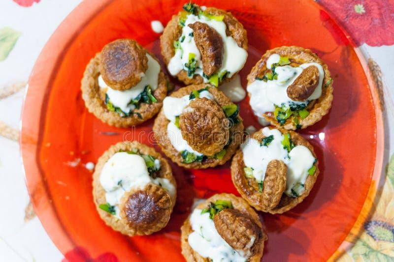 在充分红色盘上看法传统法国打馅饼由油酥点心、打好的奶油和韭葱制成,在装饰的花 图库摄影