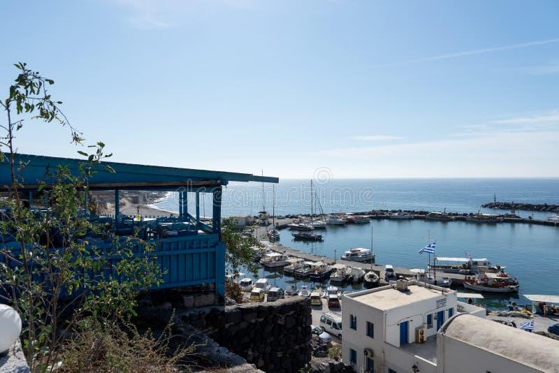 在充分Vlichada镇口岸的看法有在圣托里尼海岛的小渔船的 免版税库存照片