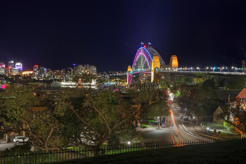 在充满活力的颜色的悉尼港桥在生动期间 免版税库存照片