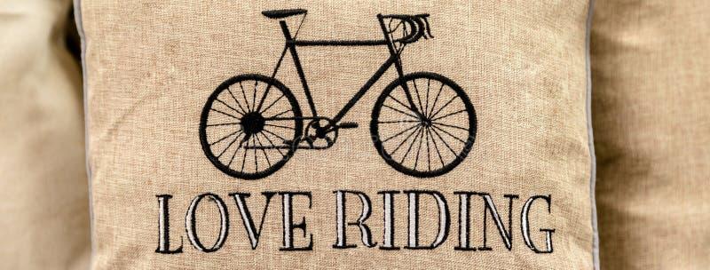 黑在充满爱的金坐垫绣的体育减速火箭的自行车被赶走 免版税库存图片