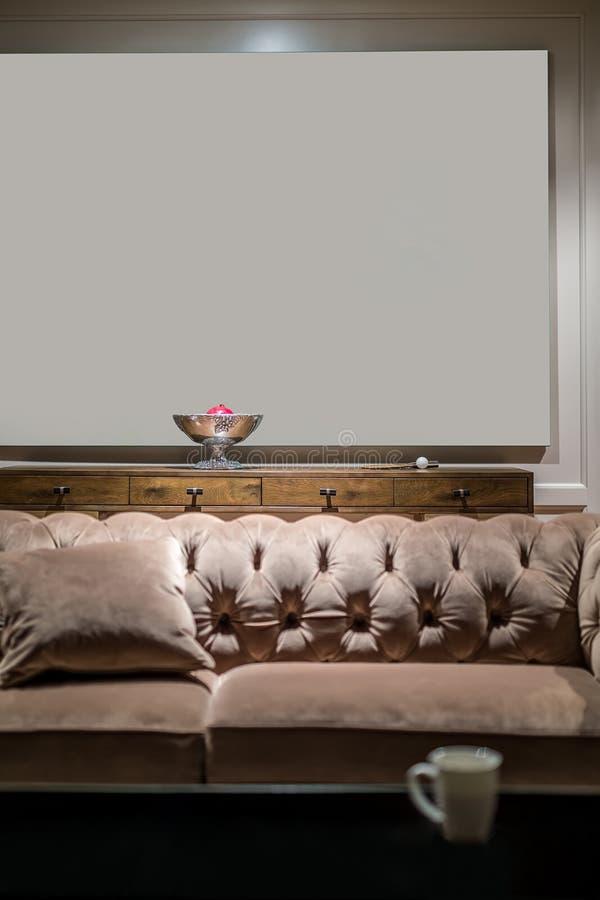 在光亮内部的沙发 库存照片