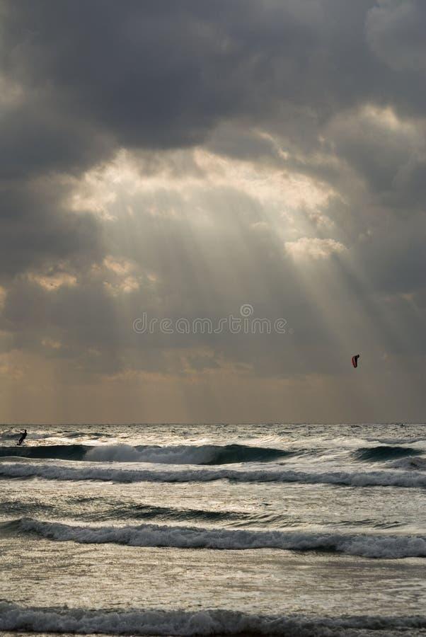 在光亮的星期日冲浪者的风筝 免版税库存图片