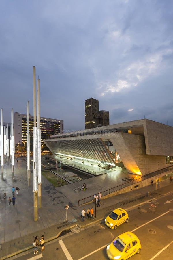 在光公园的现代建筑学在麦德林在晚上 免版税库存图片