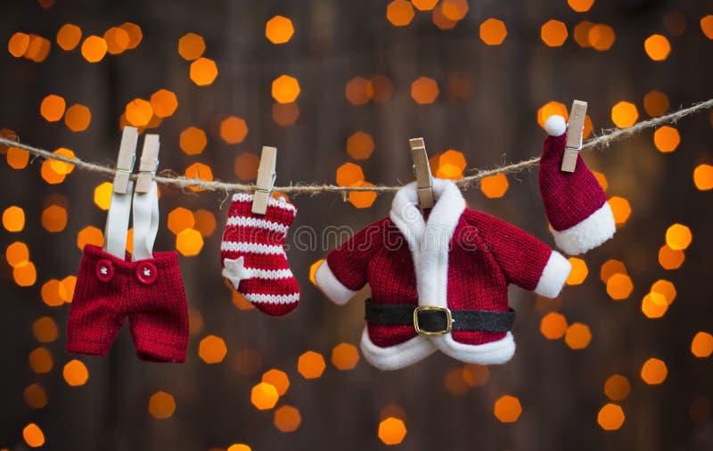 在光晒衣绳背景的圣诞老人衣物  免版税图库摄影