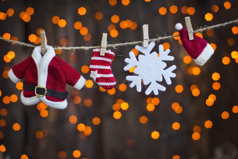 在光晒衣绳背景的圣诞老人衣物  免版税库存照片