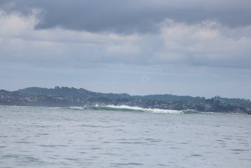 在光滑的海的高波浪 免版税库存照片