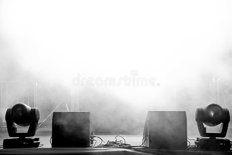 在光的空的音乐会阶段 库存照片