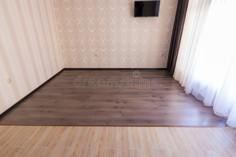 在光滑内部,陶瓷砖的分区制地板入客厅层压制品 免版税库存照片