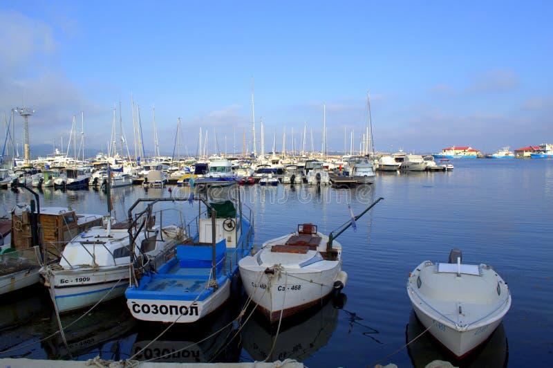 在光滑的早晨水的索佐波尔小船 免版税库存图片