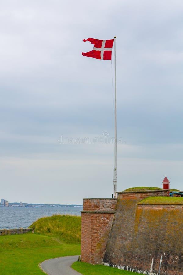 在克伦堡城堡附近的丹麦旗子在丹麦 库存照片