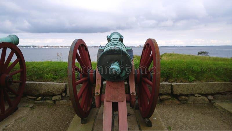 在克伦堡附近城堡的老装饰军用大炮瞄准了往水 免版税库存照片
