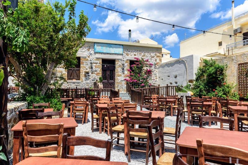 在克利特海岛上的老被放弃的传统希腊小酒馆 免版税库存图片