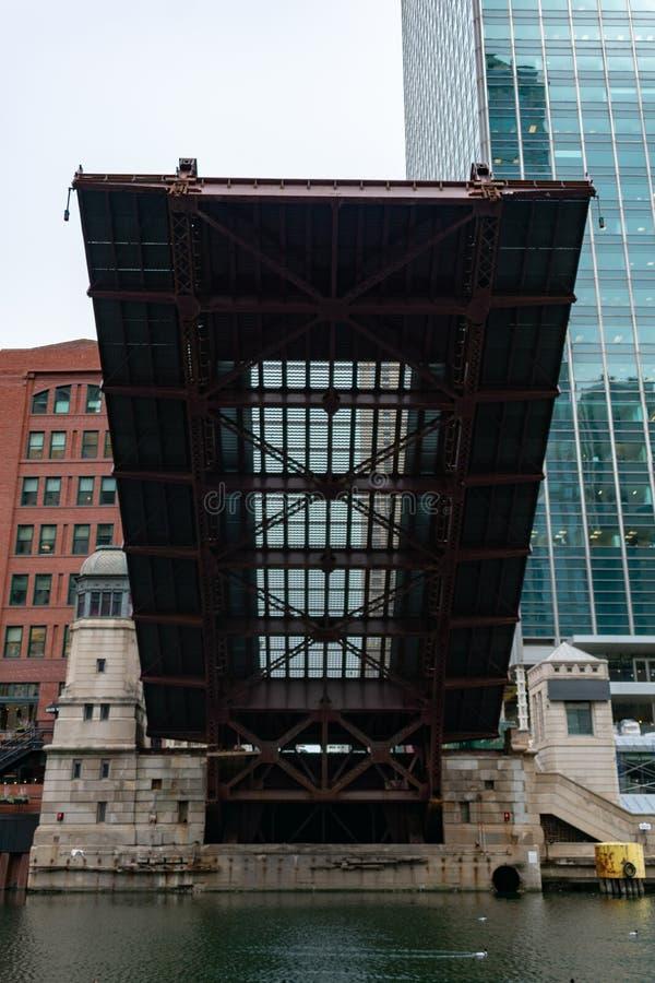 在克拉克街桥梁下被上升在芝加哥河在街市芝加哥 免版税库存照片