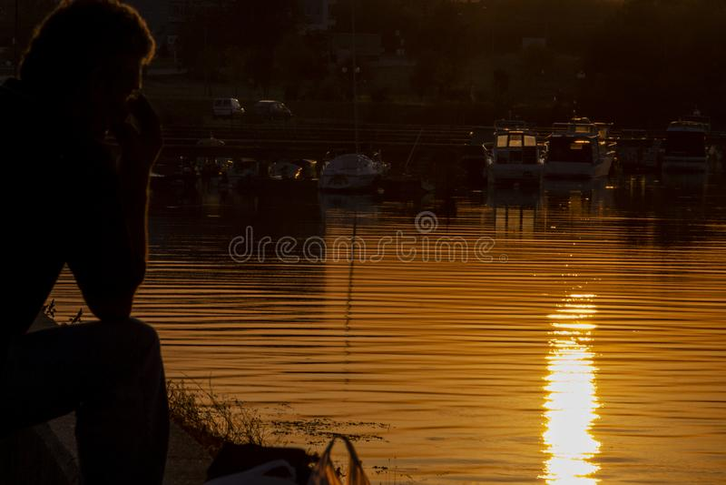 在克拉多沃,塞尔维亚内河港的金黄日落  免版税库存图片