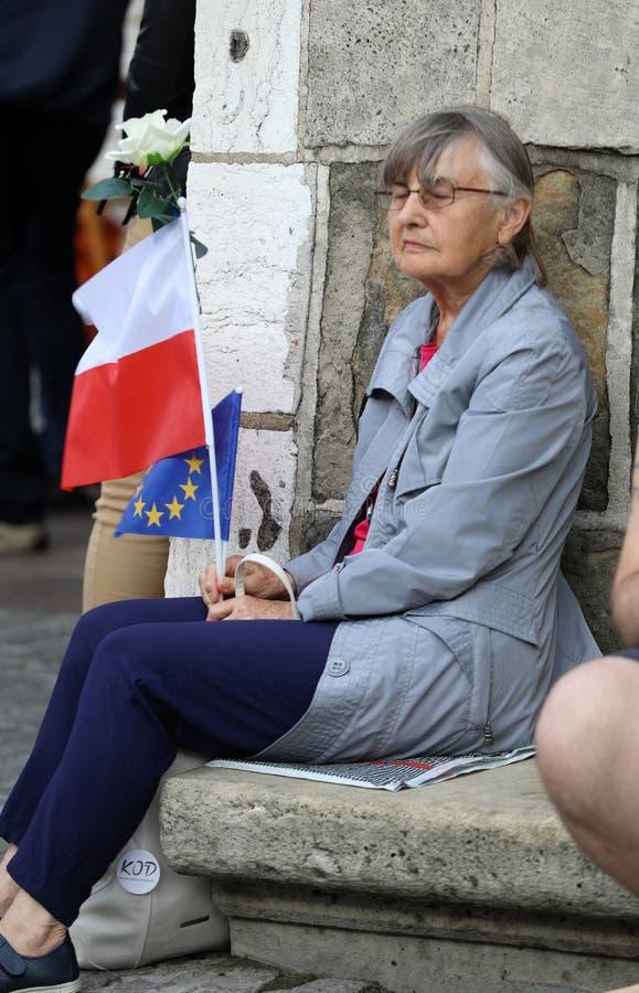 在克拉科夫上千群众的另一天抗议反对侵害宪法在波兰 免版税库存图片