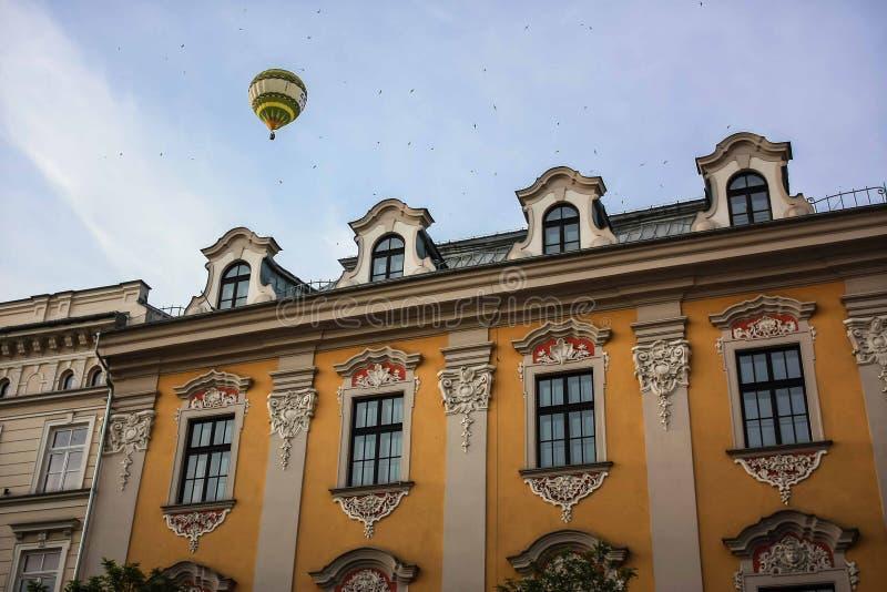 在克拉科夫大厦上的热空气气球 免版税库存照片