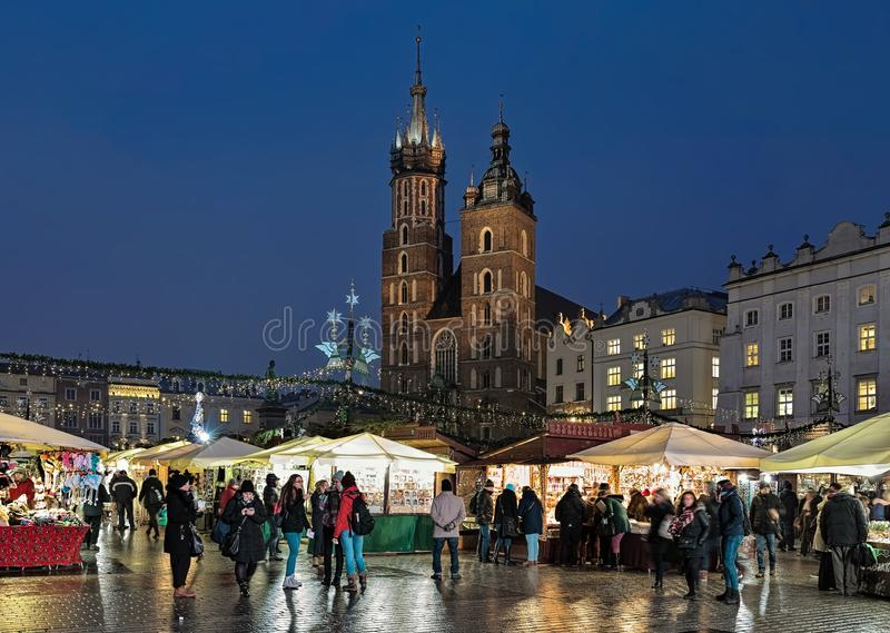 在克拉科夫,波兰大广场的圣诞节市场  库存图片