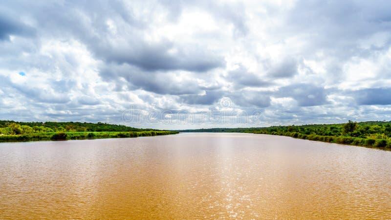 在克留格尔国家公园附近的Olifants河在南非 免版税库存图片