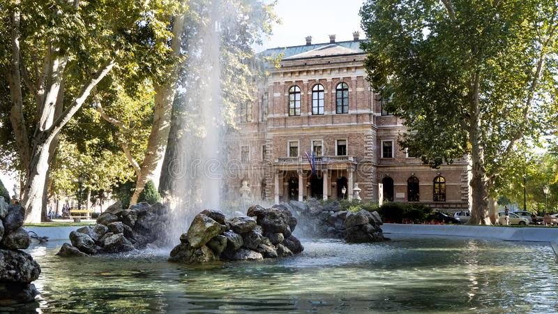 在克罗地亚科学院的喷泉和艺术前面在萨格勒布 免版税图库摄影