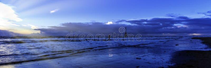 在克罗斯比海滩在冬天,克罗斯比,利物浦,英国的日落 库存图片