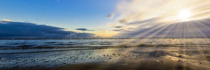 在克罗斯比海滩在冬天,克罗斯比,利物浦,英国的日落 图库摄影