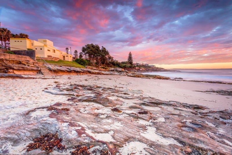 在克罗纳拉海岸线的日出天空 免版税库存图片