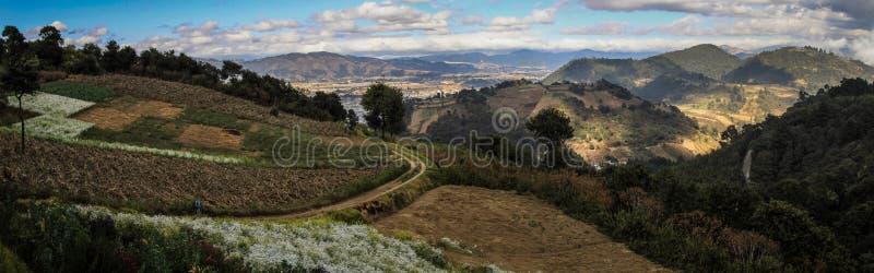在克萨尔特南戈和小山城市的全景,来自下来塞罗Quemado, Altiplano,危地马拉 库存照片