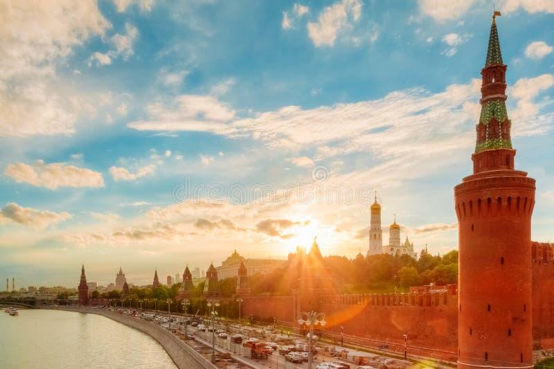 在克里姆林宫堤防的金黄日落 免版税库存照片