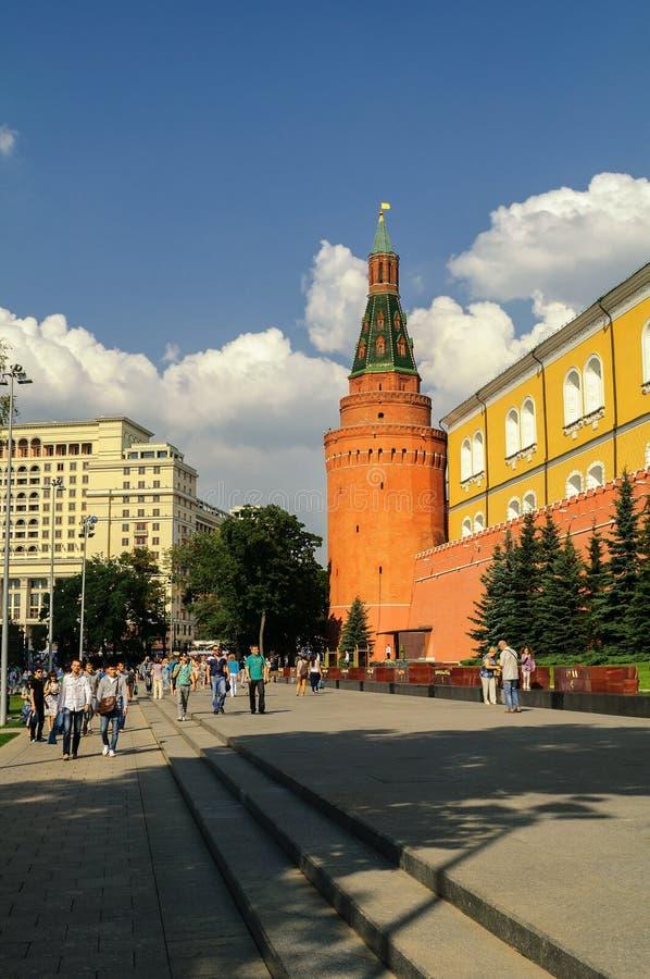 在克里姆林宫墙壁下的亚历山大公园在莫斯科 免版税库存照片