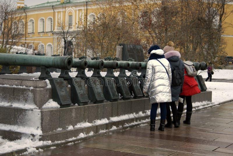 在克里姆林宫显示的老大炮 游人看看他们 图库摄影