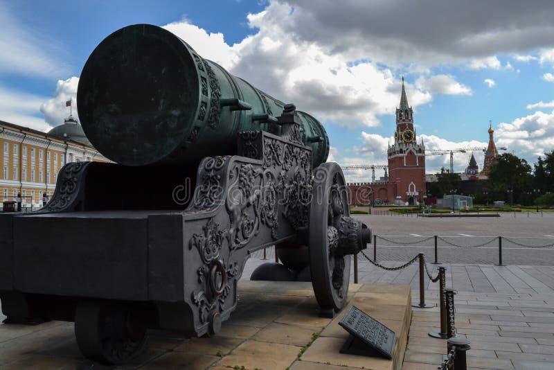 在克里姆林宫里面墙壁是在大教堂广场的皇家大炮在莫斯科 回到视图 枪瞄准Krem的内在部分 库存图片