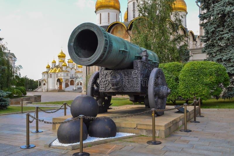 在克里姆林宫里面墙壁是在大教堂广场的皇家大炮在莫斯科 图库摄影