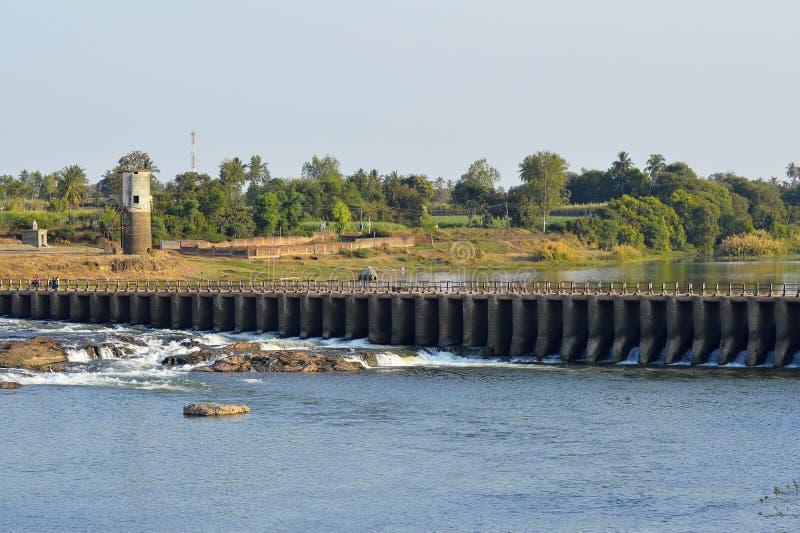 在克里希纳河在桑格利附近,马哈拉施特拉的障壁 免版税库存照片