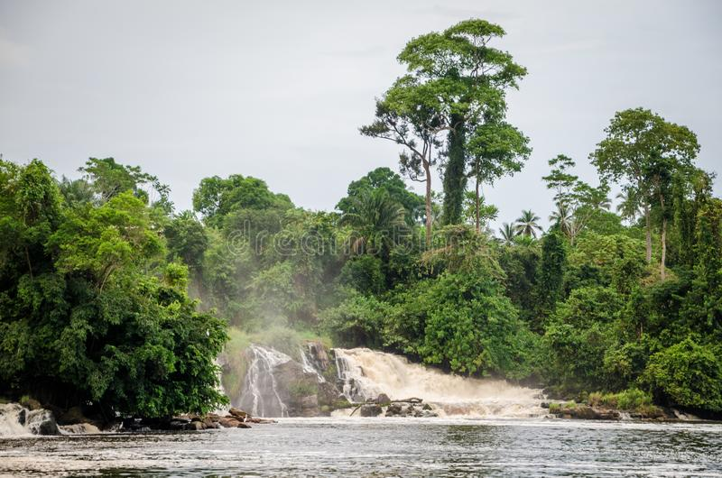 在克里比的著名耳垂秋天,喀麦隆,在落入的世界的少数瀑布之一海 免版税库存图片