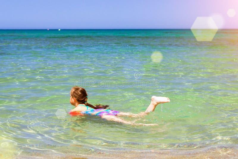 在克里特岛海松弛和沐浴的女孩孩子,巴厘岛,克利特 库存照片