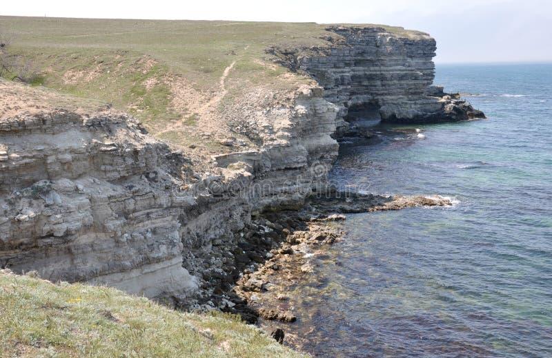 在克里米亚半岛海岸的岩石岸 库存照片