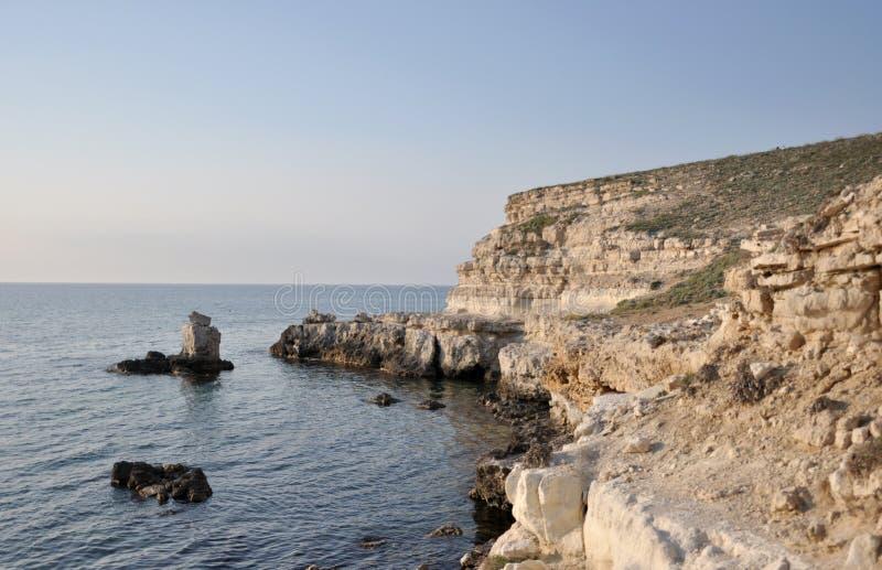 在克里米亚半岛海岸的岩石岸 库存图片