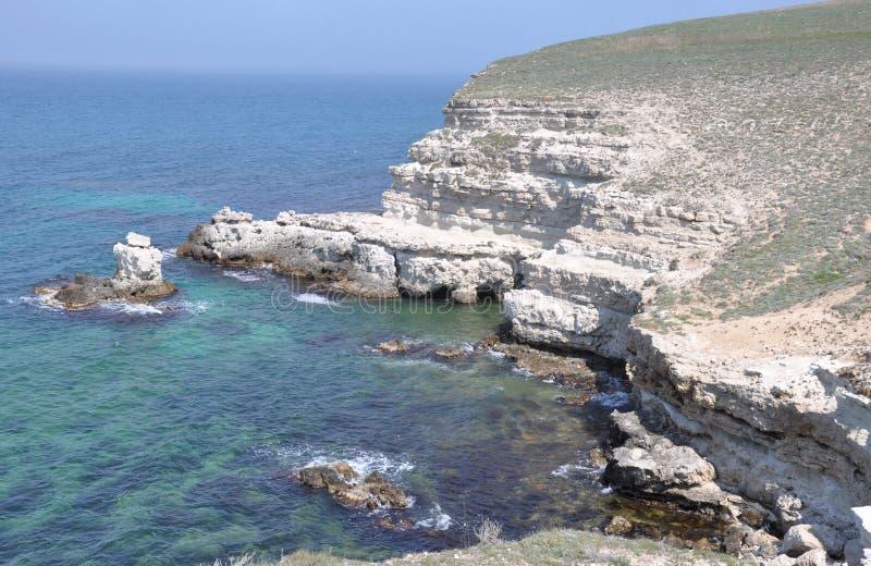 在克里米亚半岛海岸的岩石岸 免版税库存图片