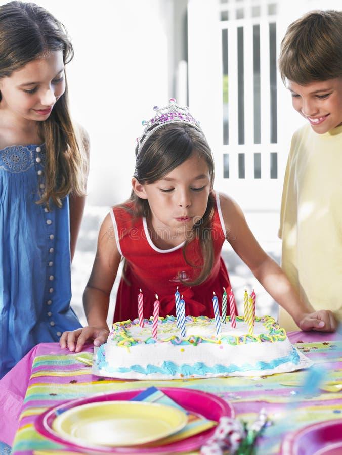 在党的女孩吹的生日蜡烛 图库摄影