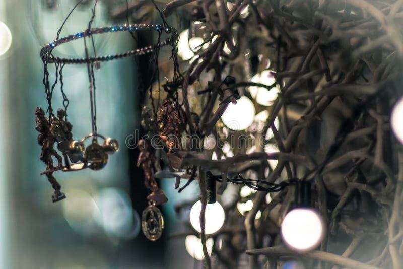 在党的电灯泡装饰 在金黄ligh的抽象圣诞树 免版税库存图片