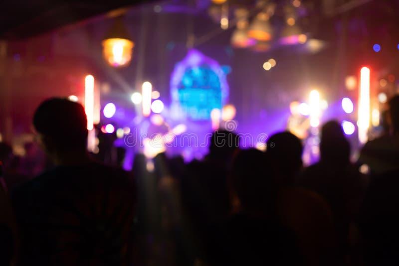 在党音乐会的欢呼的人群 观众peopl剪影  库存图片