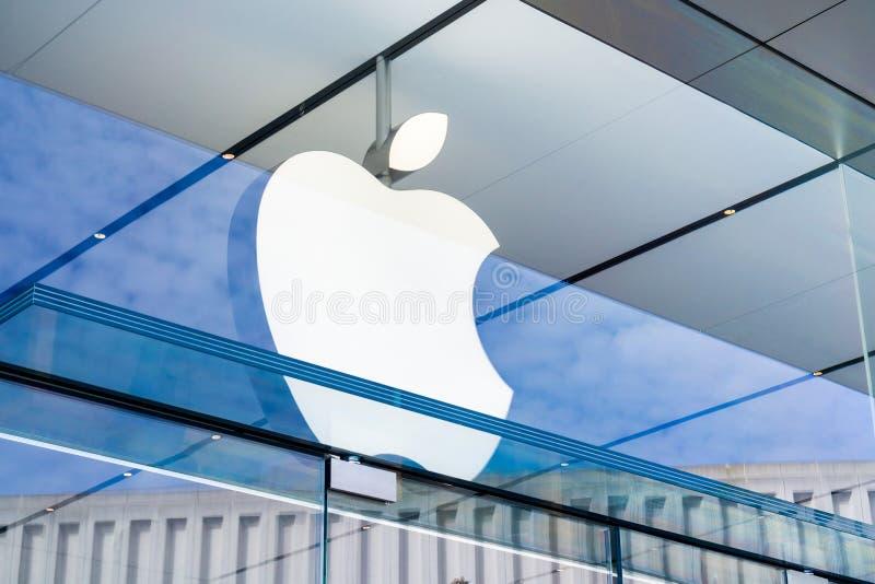 在入口上的苹果计算机商标对位于斯坦福购物中心的商店 库存照片