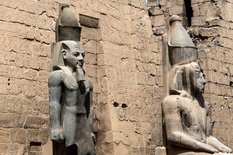 在入口对卢克索神庙,古老埃及寺庙复杂东部银行尼罗河古老底比斯前面的雕象 库存图片