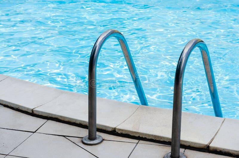 在入口的不锈钢梯子对水池 图库摄影